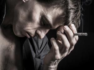 Fumare è una cura per il mal di testa? Falso: è più facile che scateni una crisi di emicrania
