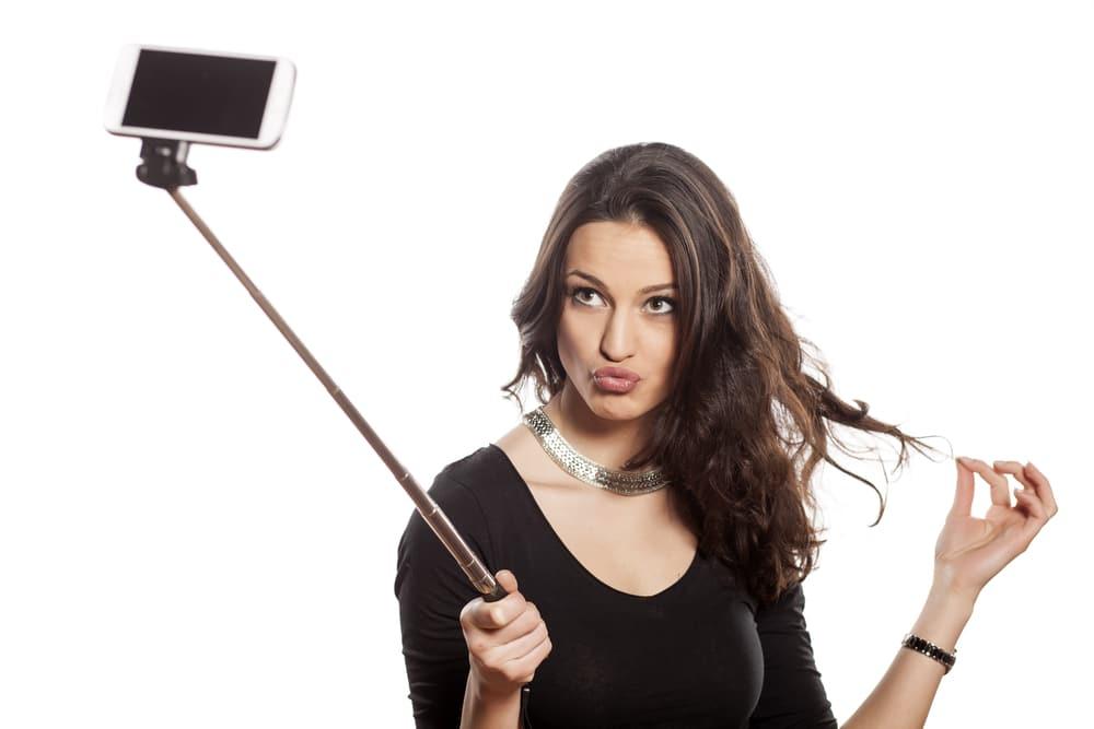Il selfie dall'alto rende la figura femminile più sottile e giovanile